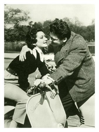 vespa-piaggio-couple-romance